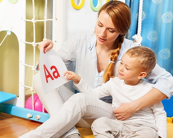 Мама учит ребёнка буквам