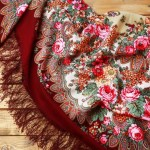 Красивый шерстяной платок дополнит образ каждой девушки