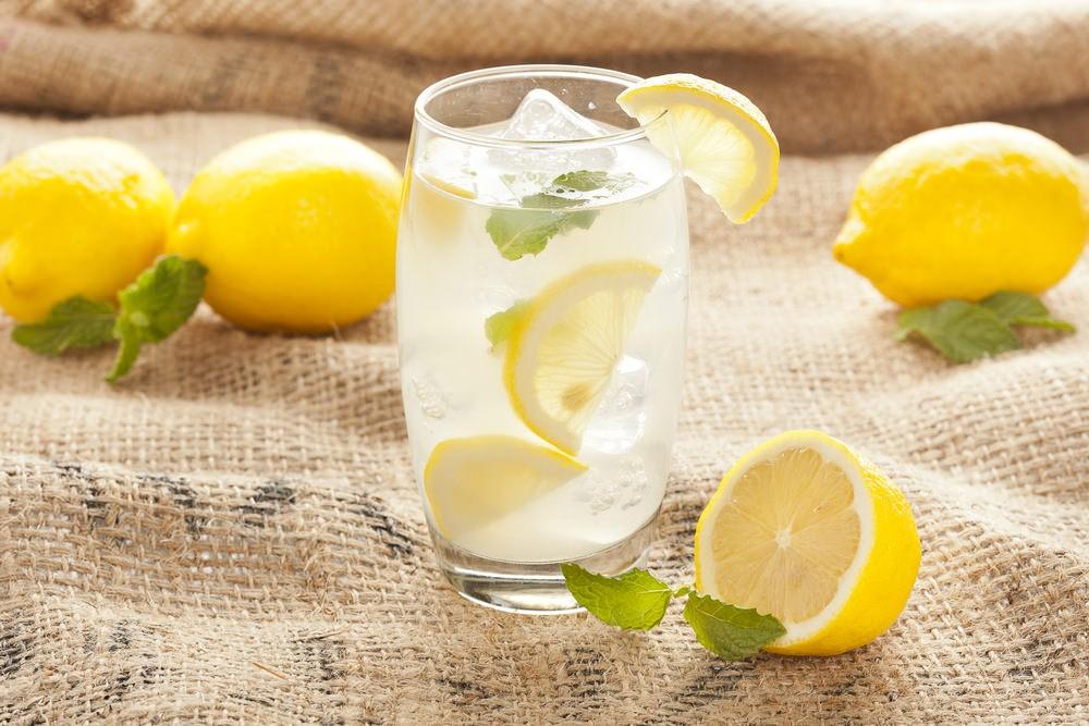 Chem-polezen-limonnyj-sok