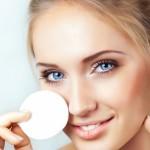 Чем нужно удалять макияж с глаз?