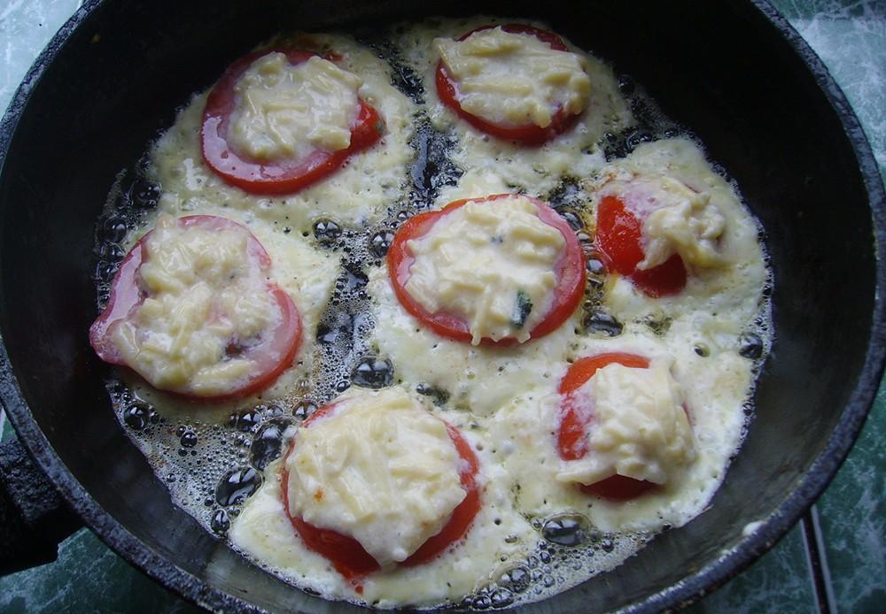 Zharenye-pomidory-s-syrom-1